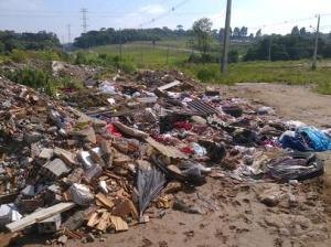 Terreno deveria receber casas populares; em vez disso virou lixo a céu aberto