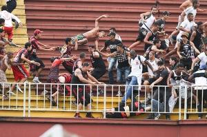 Torcedores atleticanos e vascaínos brigam na Arena Joinville
