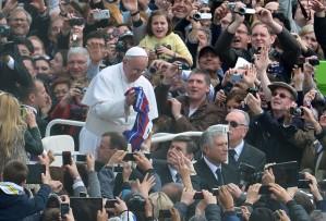 Papa Francisco com a bandeira do time de futebol argentino San Lorenzo na Missa de Páscoa, no Vaticano (Foto: Vicenzo Pinto/AFP)